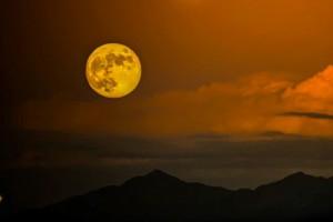Recostada en el hombro de la luna sueño un gobierno humilde, discreto, sabio…