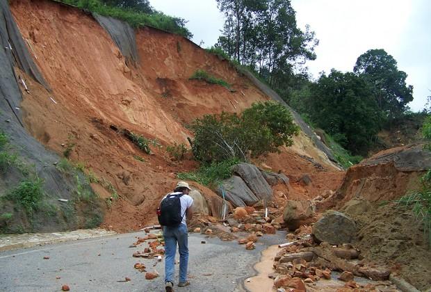 Caminar en la tormenta: entre la naturaleza y el abandono estructural de La Montaña