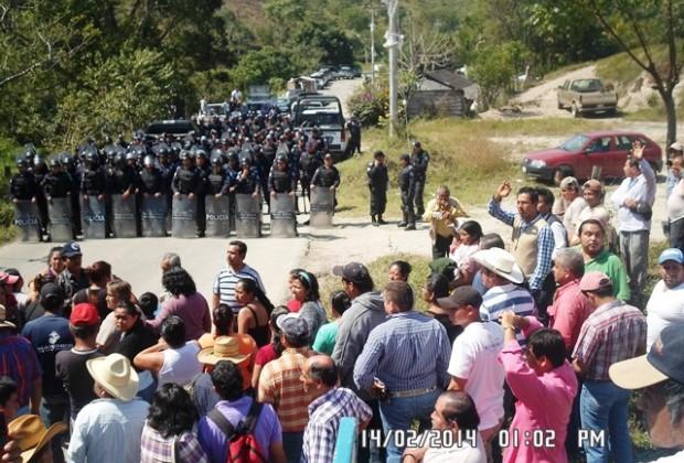 Desalojan granaderos a descontentos en  el Palacio Municipal de San José Acateno