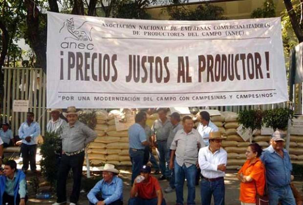 Desaloja y reprime policía a campesinos por exigir precios justos para el maíz