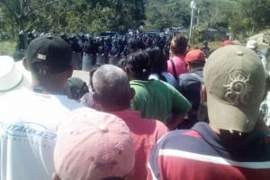Desaloja la fuerza pública el plantón en San José Acateno